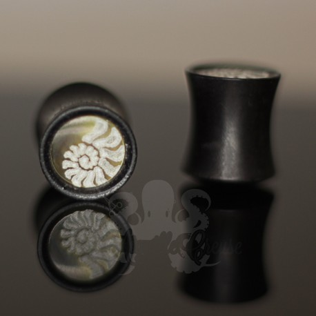 Plug Ammonite en bois et en nacre